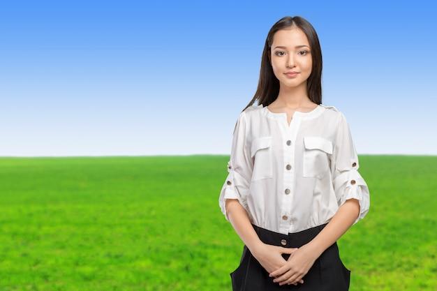 Portrait jolie jeune brune souriante montre le signe de la victoire