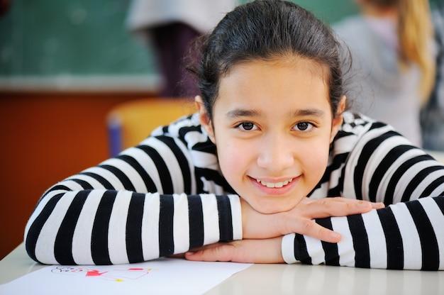 Portrait d'une jolie jeune écolière arabe