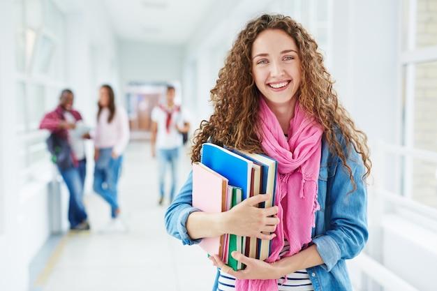 Portrait jolie jeune étudiant à pleines dents