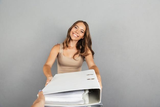 Portrait d'une jolie jeune femme d'affaires debout
