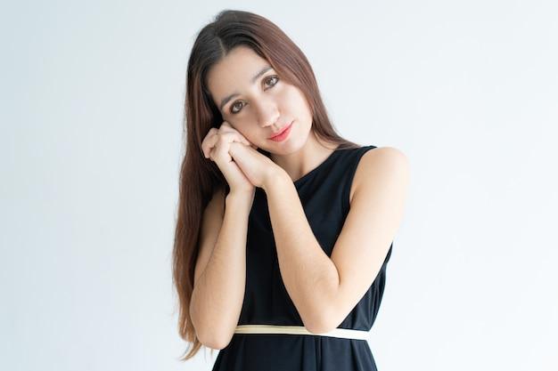 Portrait de jolie jeune femme asiatique montrant le geste de dormir