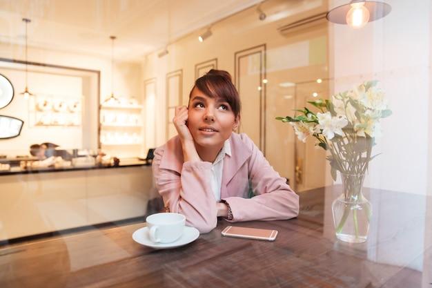 Portrait d'une jolie jeune femme assise