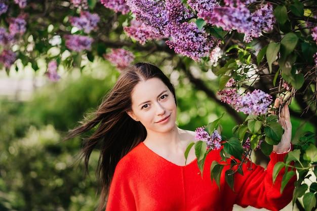 Portrait de jolie jeune femme aux cheveux bruns flottant