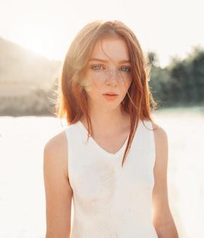 Portrait de la jolie jeune femme aux cheveux roux