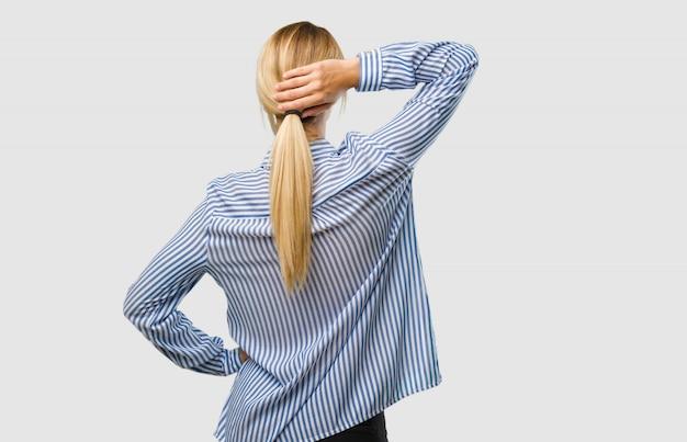 Portrait, de, une, jolie jeune femme blonde, projection, arrière, pose, attente, regarder dos