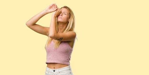 Portrait, de, une, jolie jeune femme blonde, regarder travers, une, cachette, et, loucher
