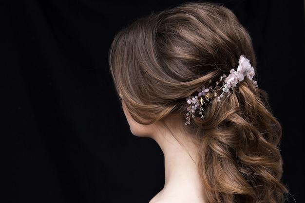 Portrait d'une jolie jeune femme avec une coiffure de mariage.