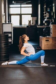 Portrait de jolie jeune femme faisant du yoga ou des exercices de pilates