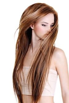 Portrait de la jolie jeune femme avec de longs poils droits de beauté - isolé sur blanc