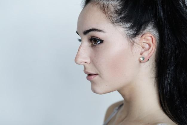 Portrait de jolie jeune femme posant