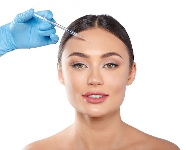 Portrait d'une jolie jeune femme recevant un traitement de botox.