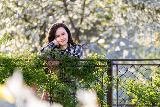 Portrait de jolie jeune femme se détendre à l'extérieur par une chaude journée ensoleillée de printemps.