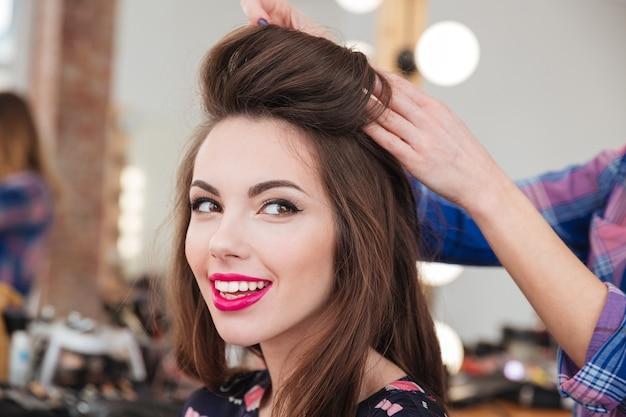 Portrait de jolie jeune femme souriante dans un salon de beauté