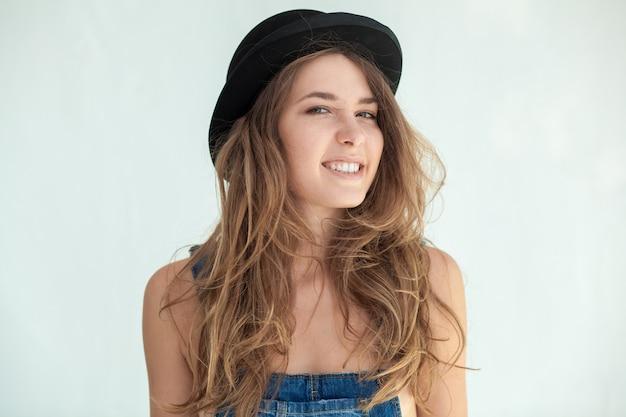 Portrait de jolie jeune femme souriante