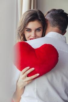 Portrait d'une jolie jeune femme tenant son petit ami