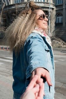 Portrait de jolie jeune fille aux cheveux bouclés