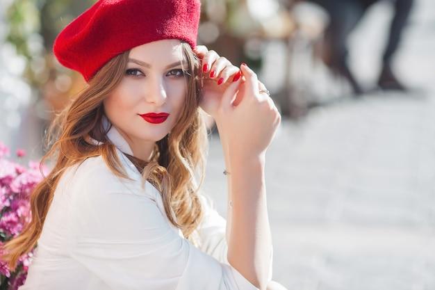 Portrait de jolie jeune fille à l'extérieur. belle dame urbaine regardant la caméra. femme aux lèvres rouges.
