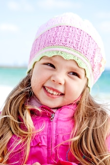 Portrait de jolie jeune fille sur la plage
