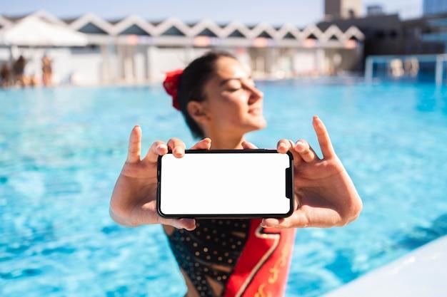 Portrait de jolie jeune fille posant en maillot de bain