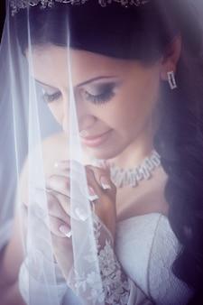 Portrait de jolie mariée avec voile