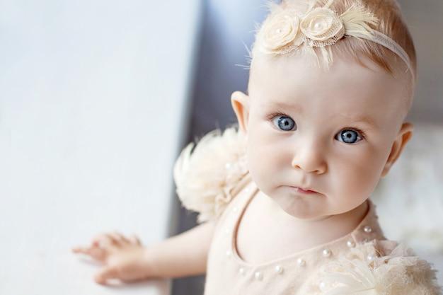 Portrait de la jolie petite fille aux yeux bleus.