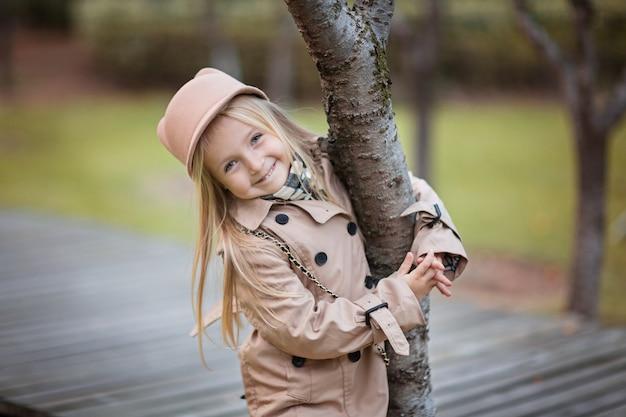 Portrait de jolie petite fille blonde dans parc automnal