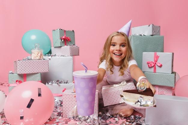 Portrait d'une jolie petite fille dans un chapeau d'anniversaire