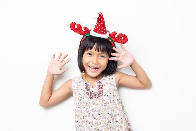 Portrait de jolie petite fille heureuse isolée