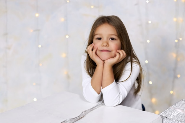 Portrait d'une jolie petite fille à la lumière