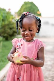 Portrait de jolie petite fille noire