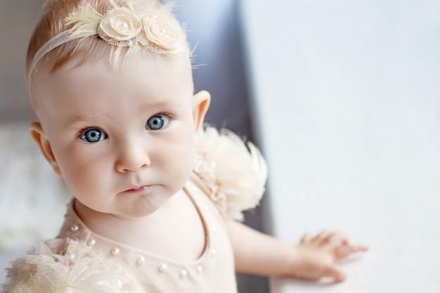 Portrait de la jolie petite fille à l'oeil bleu