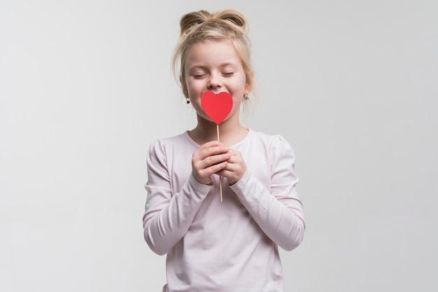 Portrait de jolie petite fille posant