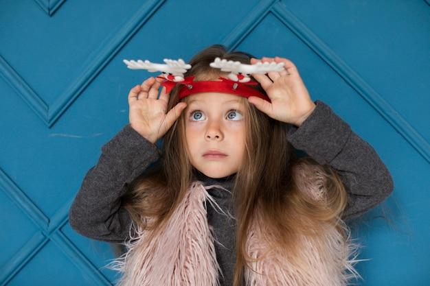 Portrait de jolie petite fille à la recherche de suite