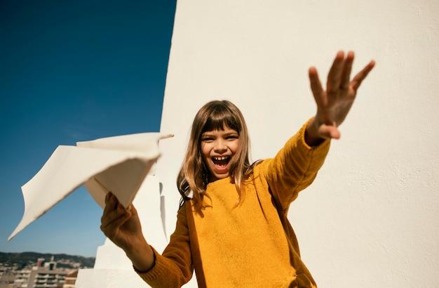 Portrait de jolie petite fille s'amusant