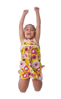 Portrait jolie petite fille sautant