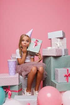 Portrait d'une jolie petite fille surprise