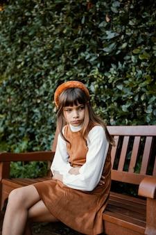 Portrait de jolie petite fille triste