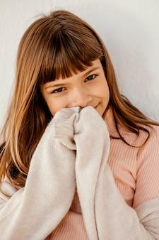 Portrait de jolie petite fille