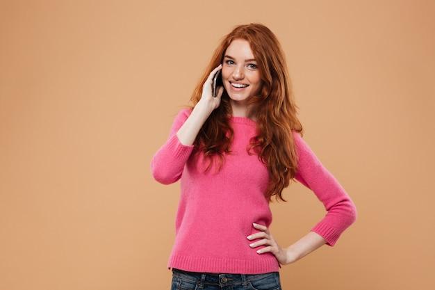 Portrait d'une jolie rousse souriante