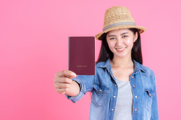Portrait jolie souriante heureuse adolescente sur rose