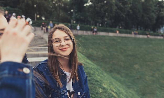 Portrait de jolies jeunes femmes dans le parc de la ville