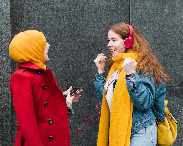 Portrait de jolies jeunes filles riant