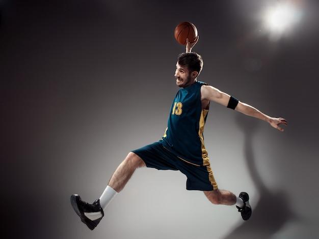 Portrait d'un joueur de basket-ball avec ballon