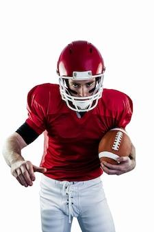Portrait de joueur de football américain ciblé étant prêt à attaquer