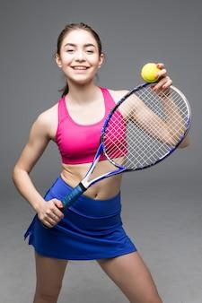 Portrait de joueuse de tennis servant balle isolée