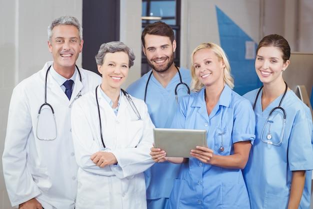 Portrait de joyeuse équipe de médecins avec tablette numérique