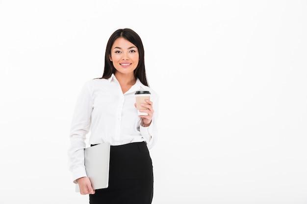 Portrait d'une joyeuse femme d'affaires asiatique