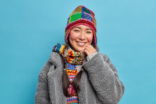 Portrait de joyeuse fille asiatique avec des joues rouges et un sourire à pleines dents