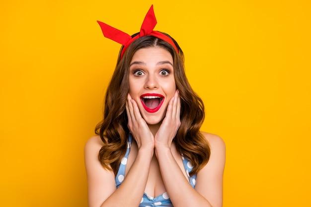 Portrait de joyeuse fille excitée impressionné visage de mains cri