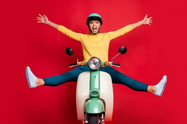 Portrait de joyeuse fille joyeuse conduisant un cyclomoteur voyageant se réjouir